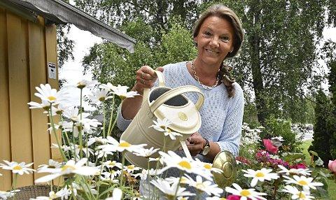 Trives i hagen: Ingjerd Schou (62) sier hun er dårlig til å late seg. Når hun har fri kobler hun gjerne av med å stelle i hagen og vanne blomster. Og ferien tilbringer hun helst hjemme.