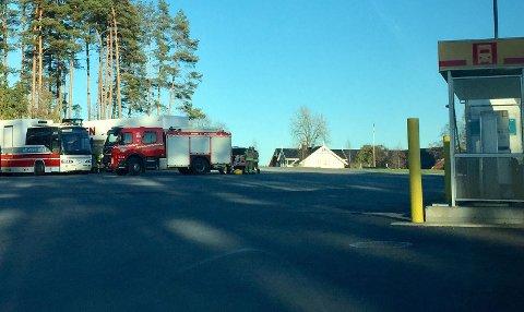 LEKKASJE: Drivstofflekkasjen skjedde på tomta til Shell på Momarken.