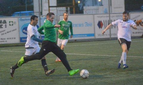 MED: Christoffer M. Bordevik jobber på og er nærme ballen.