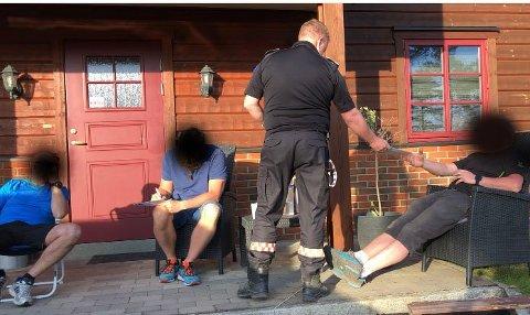 Bildet er tatt da de tre brannmennene ble suspendert av brannsjef Bjørn Stolt.