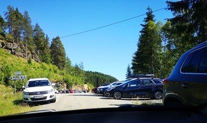 POPULÆR: Turen til fjellet Molden aukar i popularitet, og med det aukar trafikken. På parkeringsplassen på Krossen stod det bilar overalt, og bilar langs vegen gjorde det vanskeleg å koma forbi på det smalaste.
