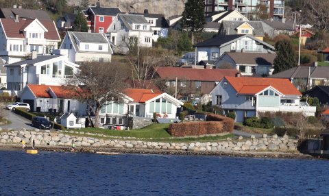 MER AV DETTE: Strand har i dag mange boliger langs sjøen, som her på Tungland ved Jørpeland. I framtida kan det bli enda flere boliger i sjønære område på Strandalandet. Illustrasjonsfoto