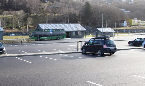 NOKSÅ TOMT: På kollektivterminalen på Solbakk var det mandag formiddag ikke busspassasjerer å se, og det var få biler på parkeringsplassen.