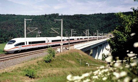 LYNTOG: Kan det bli bygget trasé for hurtige tog som dette gjennom Ryfylke? Vestlandsbanen  er planlagt under Boknafjorden, men togtunnel mellom Strand og Stavanger er lansert som et alternativ.