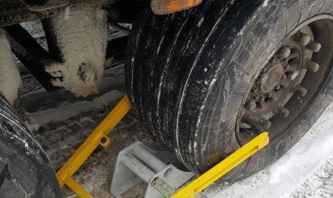 Det ble satt hjullås på vogntoget for å hindre det i å kjøre videre. Foto: Statens vegvesen
