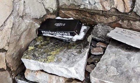 SØPPEL: Det er ikke uvanlig at det settes igjen engangsgriller ved Gaustatoppen turisthytte. Foto: Jorunn Karlberg Tveiten
