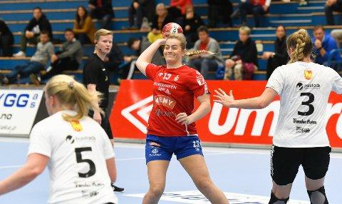 SPILLER MED ET SMIL: Andrea Brekke Karlsen trives godt i Gjerpen, og er i ferd med å gjøre seg bemerket på håndballbanen. Foto: Kristian Holtan