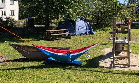 CAMPING PÅ LEKEPLASS: To personer i 20-årene fra Oslo-området tok seg til rette på lekeplassen bak stadion.