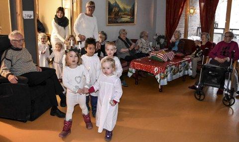 LUCIADAGEN: Ungene i Kattekleiv barnehage tok turen over gata til Teletunet omsorgshjem. Der sang de og fikk lussekatter som takk.