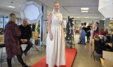 Gardin: Linda Eik (43) hadde funnet fram gamle, store gardiner og omskapte det til ballkjole. – Det er bare så fryktelig gøy å være student i et så kreativt og flott miljø, sier studenten ved årsenhet i tekstil ved HSN Notodden.