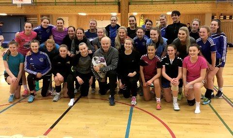 J16 og damespillerne sammen med Arne Högdahl etter tirsdagens treningsøkt.