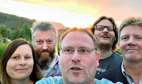4Voksne i solnedgang: Ruth Elin Mork, Bjarne Stormo (bass); Geir Morten Karlsen, Simon Kongshaug og Bjørn Inge Gaupset (tangenter). Bildet er tatt etter øving på Averøy tidligere i uka.
