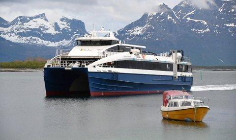 Dårlig vær langs kysten av Nordland har i ukevis ført til innstilte hurtigbåtruter. Det har ført til mye kritikk av mannskapet ombord. PS: Dette arkivbildet er, åpenbart, tatt på en finværsdag hurtigbåten la fra kai.