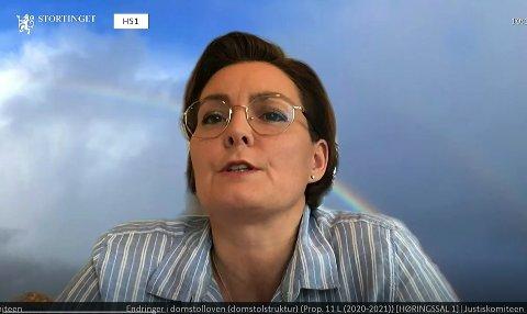 Sorenskriver Elisabeth Wiik representerte tingrettene i Søre, Sunnmøre, Romsdal, Nordmøre og Namdal samt Sunnmøre jordskifterett i stortingshøringen.
