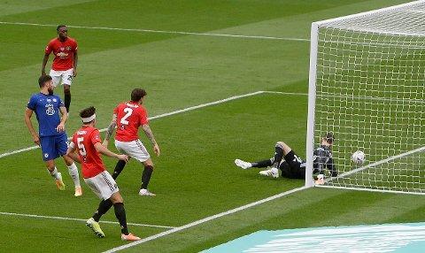 David de Gea må se ballen fra Chelseas Olivier Giroud passere mållinjen i semifinalen i FA-cupen.