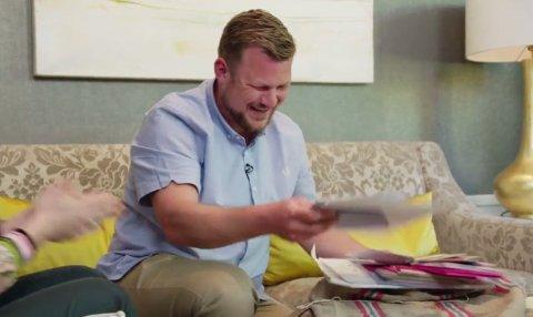 FÅR SJOKK: Erik Grytnes ble mildt sagt overrasket da han fikk se bunken med frierbrev.