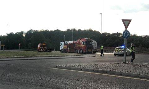 TOK FYR: Bremser og dekk tok fyr til tankbilen som her er delvis skjult bak en bergingsbil.