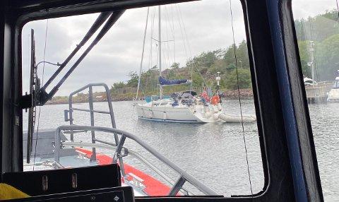 LEKKASJE: Seilbåt i Jensesund trengte assistanse lørdag formiddag på grunn av diesellekkasje i båten.