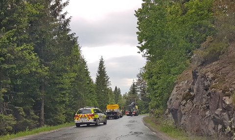 INGEN VITNER: En kranbil løfter motorsykkelen opp av grøfta. Ulykken skjedde ved Lund, på strekningen Tangen-Heldøla, ifølge Vegtrafikksentralen Sør.