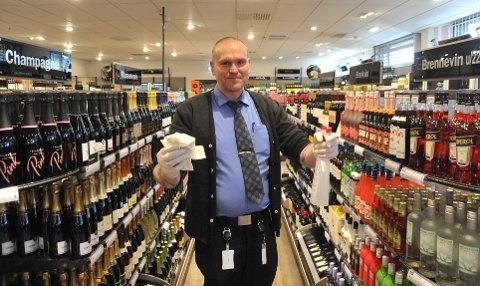 ØKTMONOPOL: Butikksjef Ken-Rune Nilsson på Mosenteret under starten av koronakrisa i mars da myndighetenes tiltak i praksis gjorde at Vinmonopolet fikk større monopol på salg av alkohol enn kanskje noen gang.