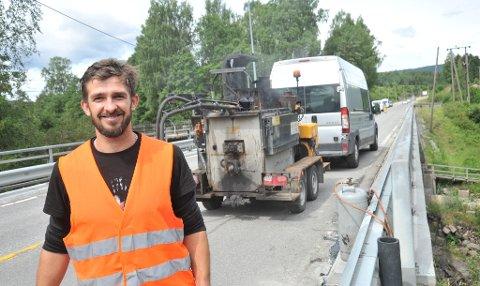 SISTEHÅNDPÅVERKET:Mateus Urbanski på brua ved Sagdammen der det onsdag ble lagt bitumen som tetning mot nystøypt kant.