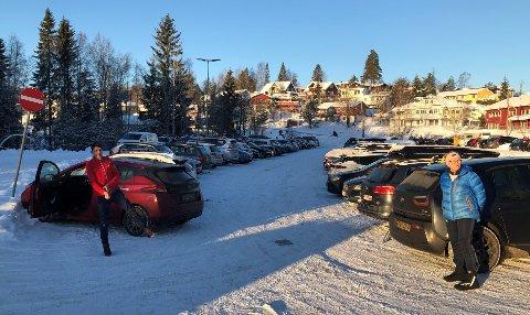 STOR UTFART: Allerede klokka 10.30 søndag var parkeringsplassen ved Sørli fullstappet med biler. Morten Bø fra Oslo og Marianne Wethal fra Strømmen gjør seg klar for skitur.