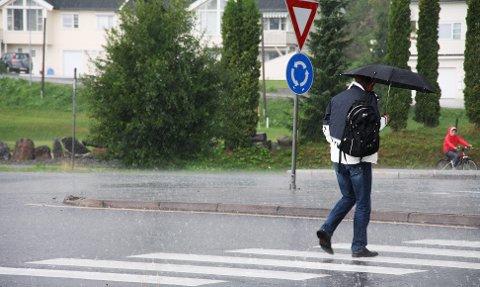Det er meldt kraftig regn natt til tirsdag. Skal du gå i 1.mai-tog, bør du kle deg godt og vanntett.