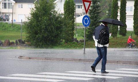 REGNBYGER: Det er forventet mellom 10 og 20 millimeter nedbør i helga. Foto: Ruben Skarsvåg