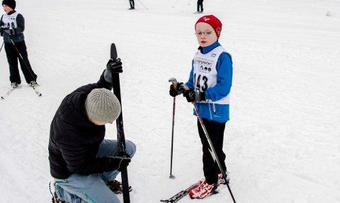 Smøresjef Håvard Eikemo sørger både for godt feste og god gli for sønnen Magnus Aamodt Eikemo (6).