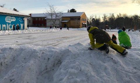 VENTER: Åsgård-barna hadde fått beskjed om å ikke gå ut på isen med sko. Dermed ble det lek på kanten isteden.