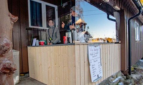 OPPGRADERING: Speiderne Carina Schytz (16) og David Kro Barlaug (20) har bemannet det midlertidige vaffelutsalget på Trampen i vinter. I løpet av høsten skal Trampen rustes opp med nytt kjøkken og ny varmestue.