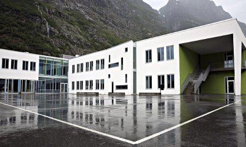 Grunnskolen koster: Elevene ved Sunndal ungdomsskole koster, men ikke mer enn budsjettert.