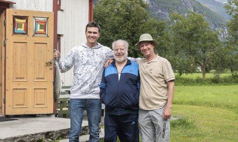 Tre generasjoner: Thomas Buschor (i midten) har nå lagt stanga på hylla, men sønnen Daniel (til høyre) er en ivrig fisker. Nå har også barnebarnet Lucas (til venstre) lært kunsten, og tok denne uken sin første laks.