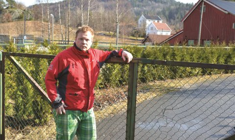 HAR TATT SAKEN TIL FORMANNSKAPET: Stian Lund reagerer på at denne porten på Søndeled er lukket og låst.