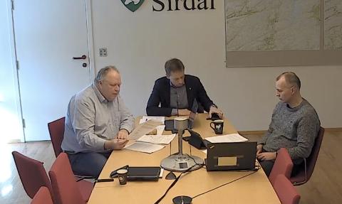 VIA NETT: Det var bare varaordfører Isak A. Liland, ordfører Jonny Liland og rådmann Inge Hedenstad Stangeland som var fysisk tilstede på dagens ekstraordinære formannskapsmøte i Sirdal. Resten av politikerne var med på møtet via nett.