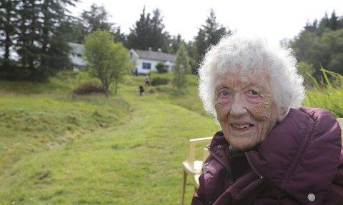 Ingeborg Skagenes er død, 95 år gamal. Her er ho ved barndomsheimen sin i Skageneset, som var gøymestad for folk som flykta frå tyskarane under krigen.