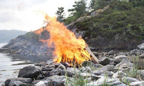 Fra og med i dag, 15. april, er det ulovlig å gjøre opp bål i naturen. Men i strandkanten er et unntak.