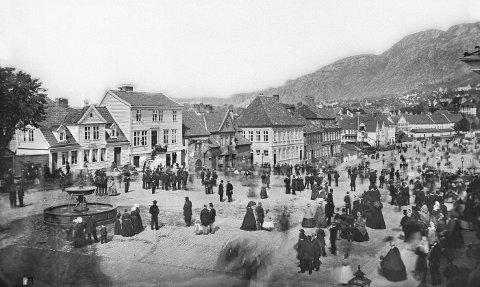 «Vannkunsten» på Torgalmenningen var et av de få tegn på fremskritt i Bergen              som kunne måle seg mot hovedstaden ved midten av 1800-tallet. Den var muliggjort av og symboliserte det nye vannverket som trådte i virksomhet i 1855.FOTO KNUD KNUDSEN/UNIVERSITETSBIBLIOTEKET I BERGEN
