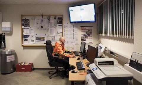 Mange nordmenn jobbe natt. Her sitter Inge Hjortland på nattevakt på Flesland.