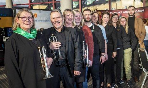 Anne Kari Sylta (nærmest) ha hele ti aktive brassmusikere i familien. Her er Stein og Gro Paulsen (Manger Old Stars), Marte Lokøy (Askøy), Edvard Sylta Antrobus (Manger) Åshild Milde (Krohnengen Brass), Margareth Antrobus (dirigent Manger Old Stars), Vilde Sundal Osland, Nina-Mari Sylta Antrobus og Richard Sylta Antrobus (alle Krohnengen).
