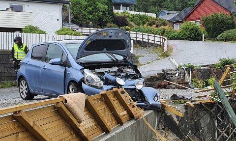 Brannvesenet måtte bistå for å få løs bilen.