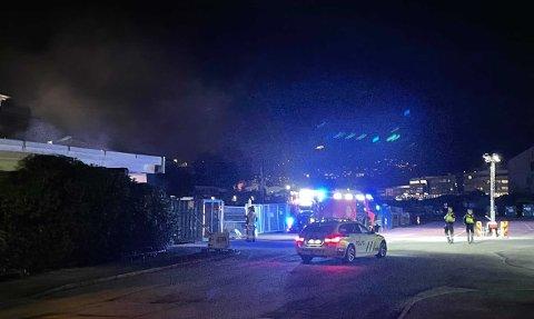 Klokken 2336 var brannvesenet i gang med slukking på utsiden av bygget.