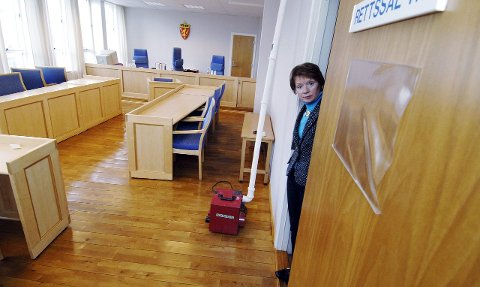 Ønsket siden 80-tallet: I 2006 opplevde man blant annet vannlekkasjer i tinghuset i Drammen. Her viser daværende sorenskriver Laila Ingebrigtsen hvordan det så ut den gangen. Allerede fra 80-tallet var ønsket om nytt tinghus stort.