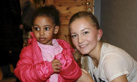 Koste seg: Det er ikke så lett å ta på seg tykk vinterjakke når man bare er to år! Heldigvis får to år gamle Juliana Yonas hjelp av Emilie Back Lund fra Veiavangen ungdomsskole.
