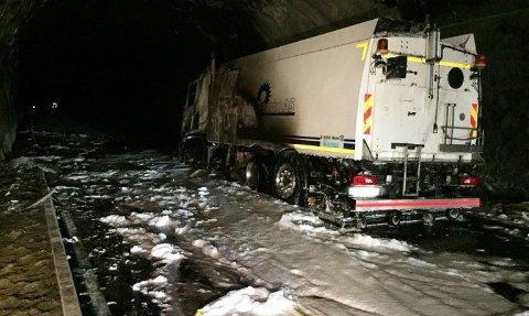 Fjærland  20170418. Vraket av feiebilen som tok fyr inne i Fjærlandstunnelen i Sogn sent mandag kveld.  OBS kredit Foto: Sogn brann og redning / NTB scanpix