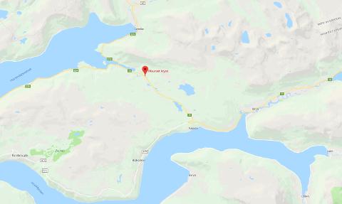 ULYKKE: Ein ung sjåfør på veg til jobb hamna utfor vegen på rv 15 mellom Stryn og Hola, om lag 30 meter frå avkøyringa til Maurset.