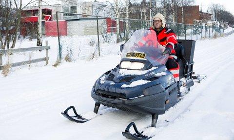 Rykket ut: Thomas Eriksen fra kommunen kom med scooteren da Rød skole ba om skiløyper. Nå blir det skidag og aktivitet i friminutt og på SFO.