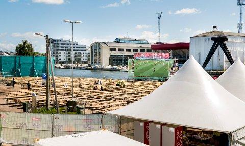 PLASS TIL 3.000: Det er rigget opp med storskjerm og langbord på Seiersborg i forbindelse med VM i fotball. Ifølge arrangøren er det plass til 3.000 mennesker.