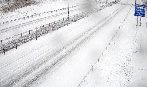 Slik så det ut på E6 ved Råde lørdag morgen. – Kjør forsiktig er oppfordringen fra både Statens vegevsen og Meteorologisk institutt.