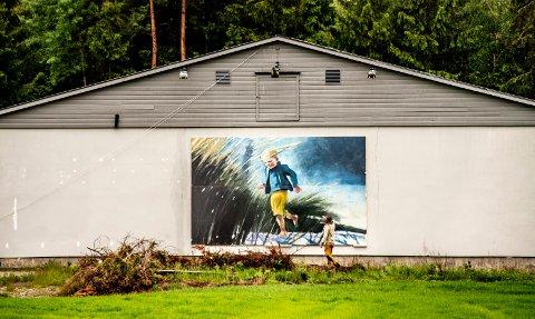 Digert maleri:  Aune Sand studerer brorens største maleri på ytterveggen til Galleri Sand. Det måler 6 x 4 meter. «Norwegian Dreams» åpner pinseaften.